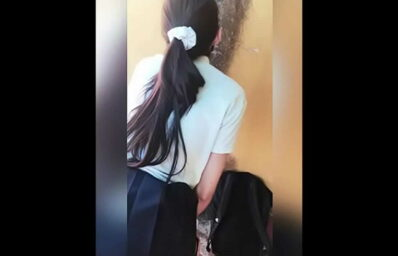 Rapidinha com a novinha no fundo da escola